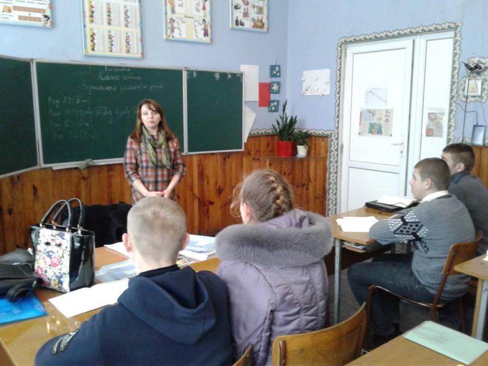 Працівник служби зайнятості розповідає дітям про актуальні професії