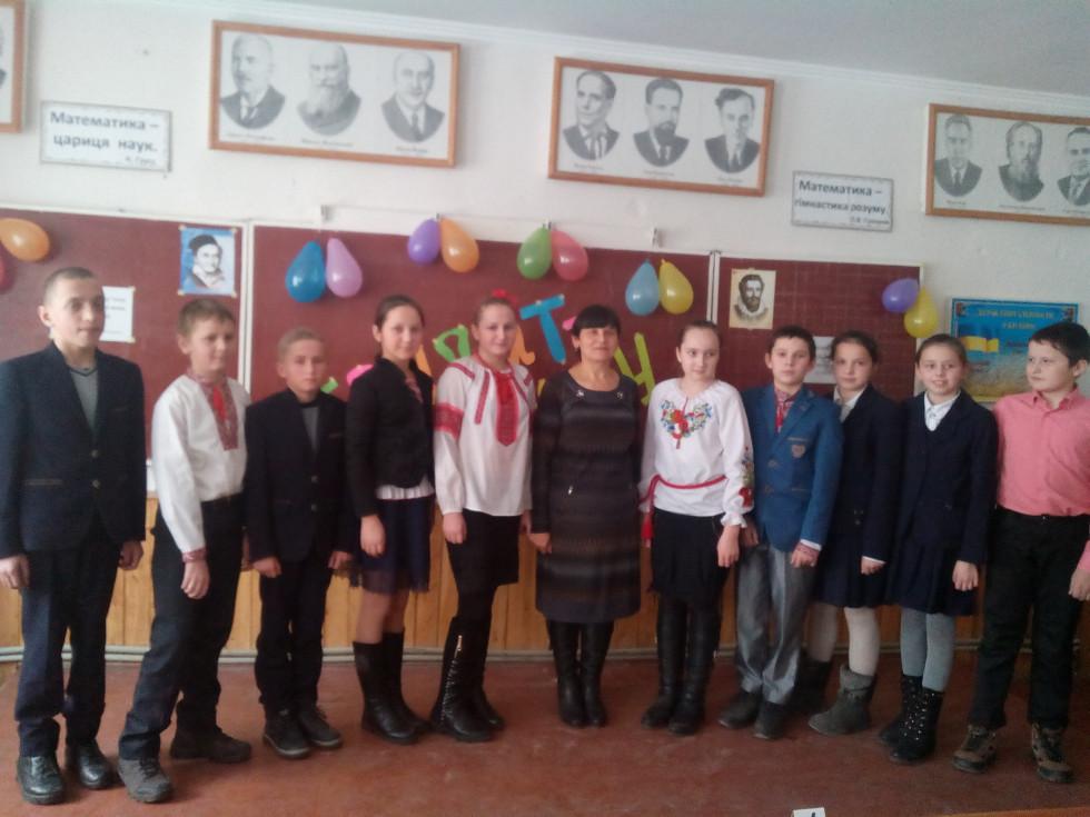 Учителька зі своїми вихованцями