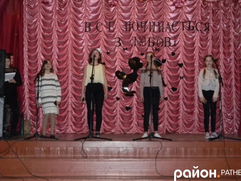 Школярки виконують пісню «Десь по світу»