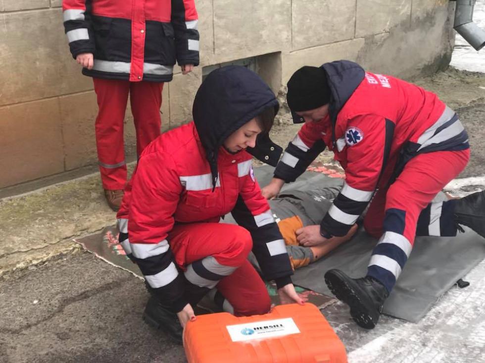 Медпрацівники надають першу допомогу