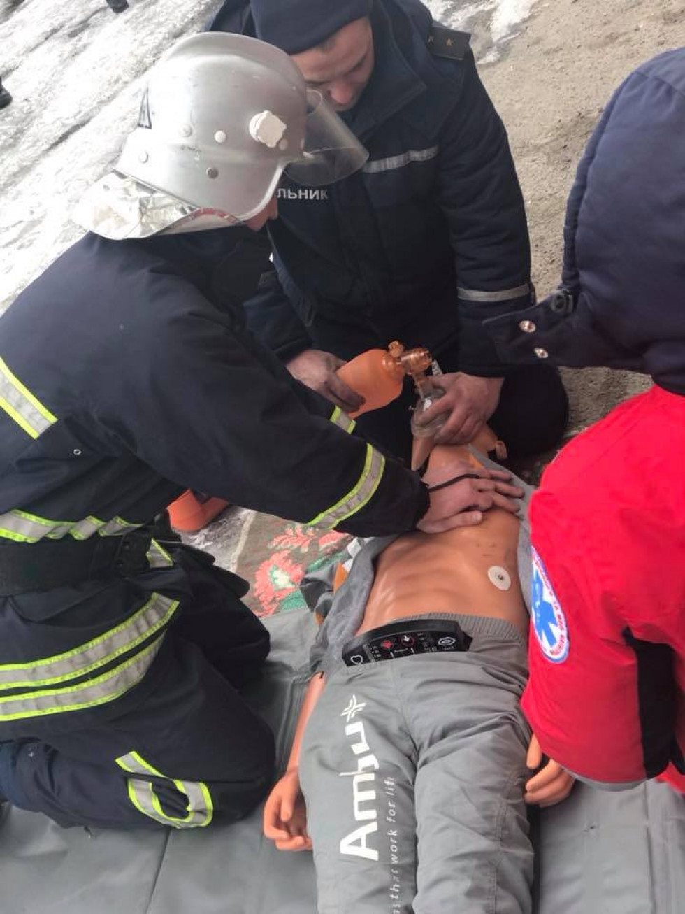 Рятівники надають допомогу потерпілому