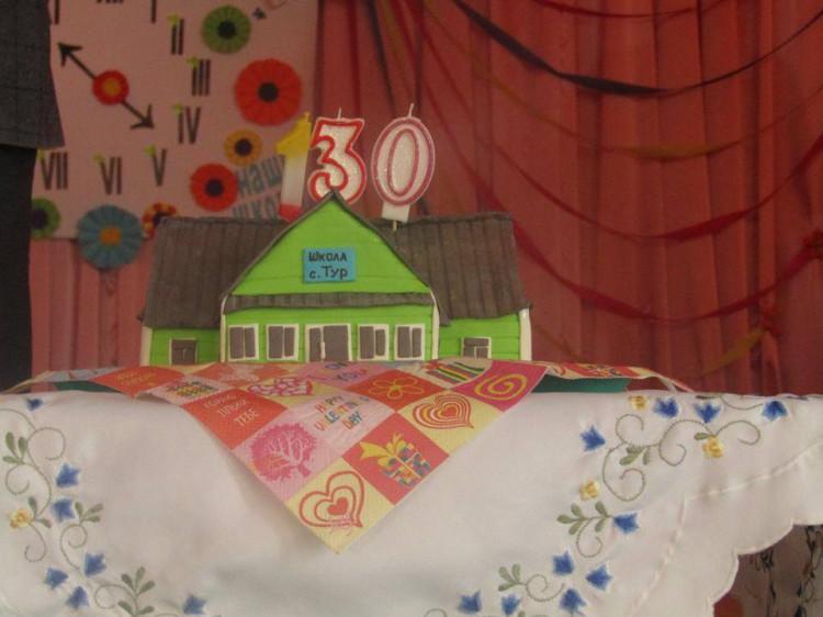 Святковий торт на честь дня народження школи