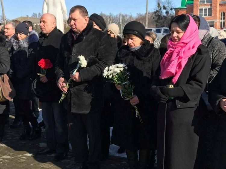 Учасники заходу схили голови у молебні за загиблими