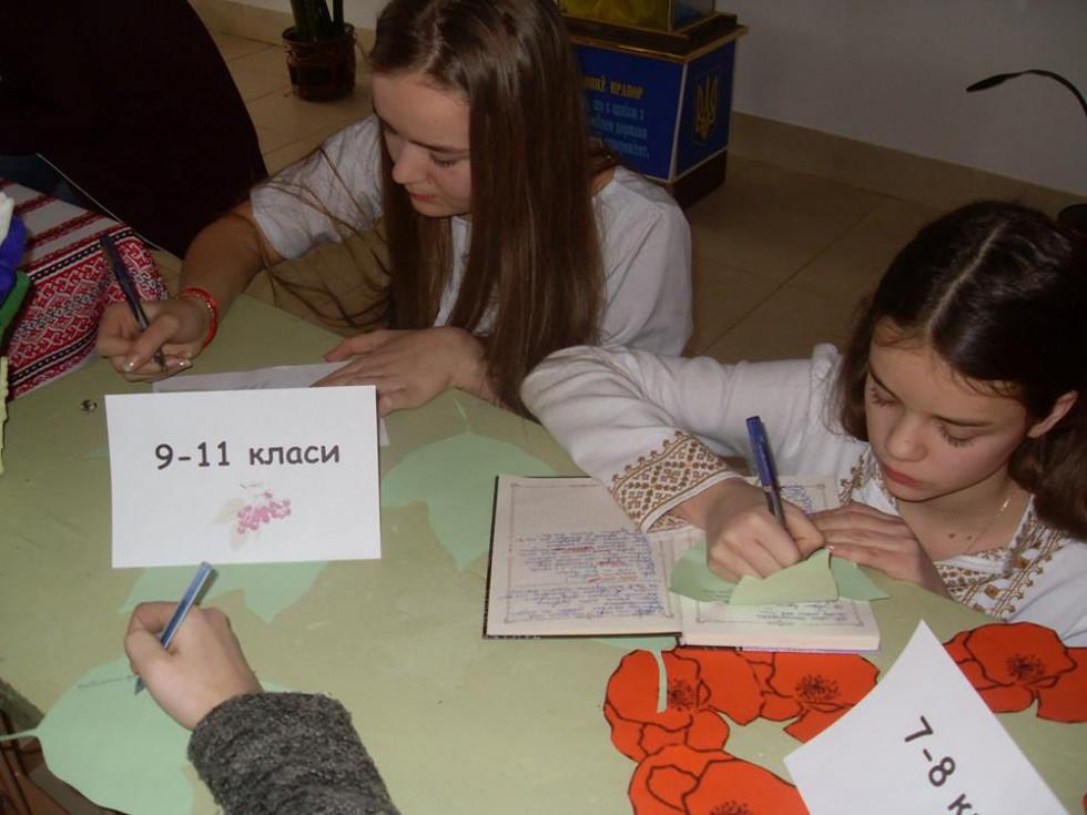 Школярі виконують тематичні завдання