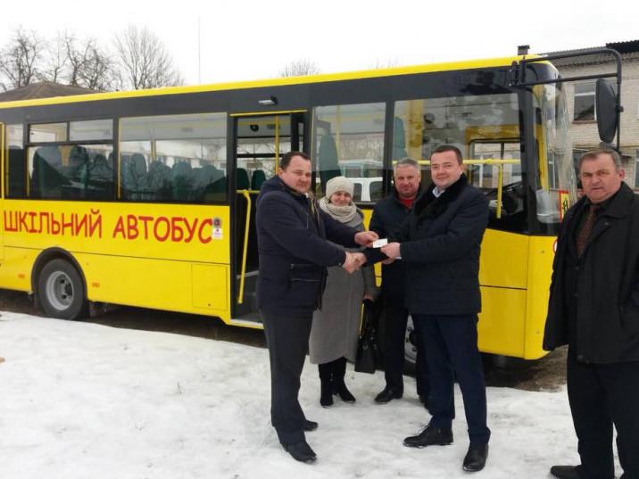 Передання ключів та документів на новенький шкільний атобус голові Самарівської ОТГ