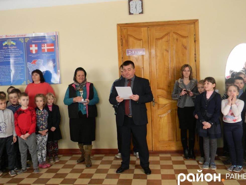 Директор школи зачитує призерів спортивних змагань