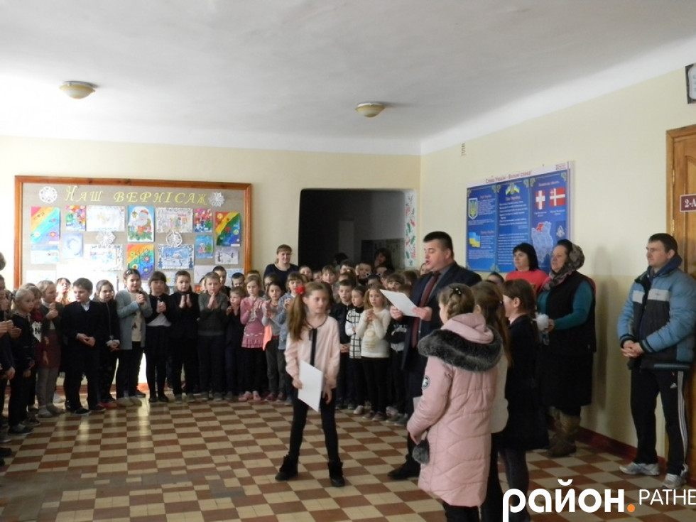 Вручення грамот школярам