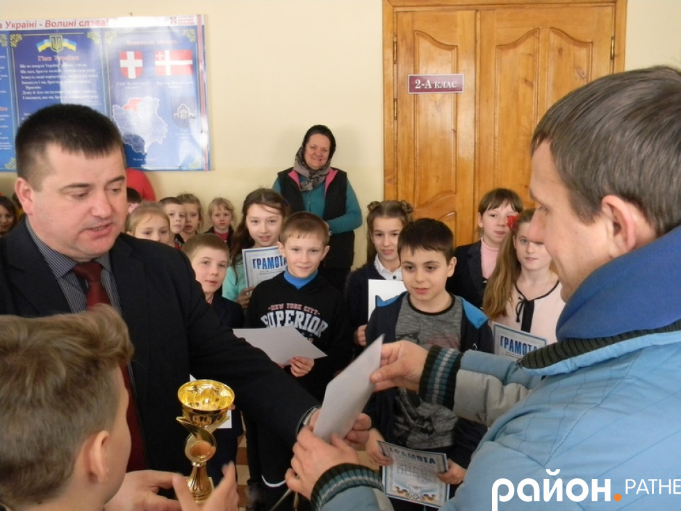 Вручення диплома та кубку капітану шкільної команди