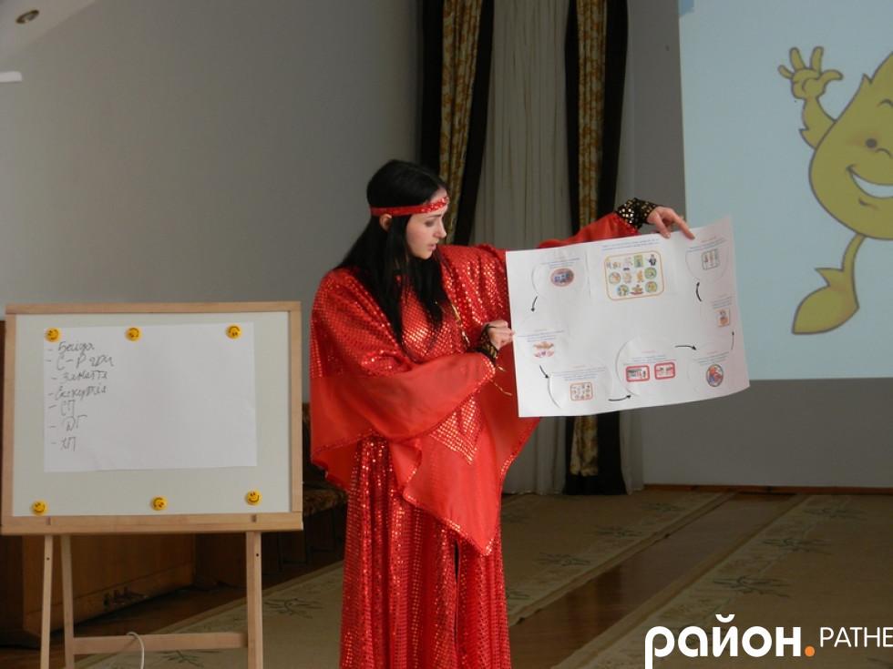 Вихователька, у ролі Афлатуна, ознайомлює присутніх із картою квесту
