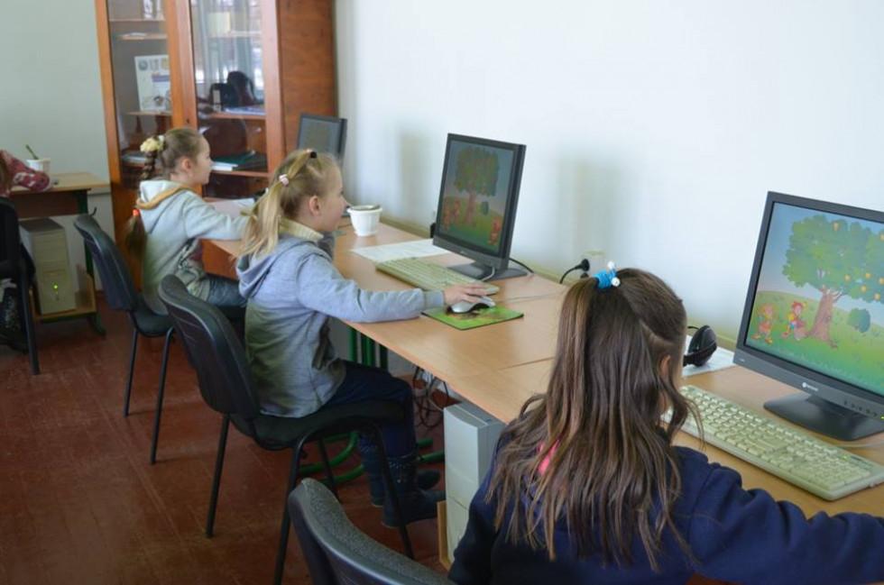 Учні першого класу у кабінеті інтерактивних технологій