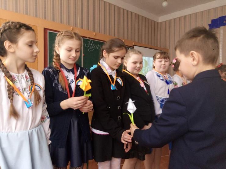 Джентельмени вручають квіти свої дамам