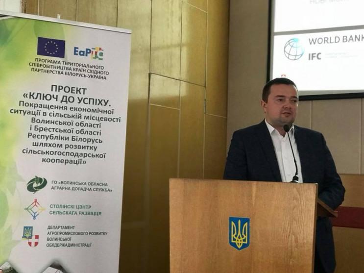 Андрій Харлампович виголошує промову для учасників семінарів