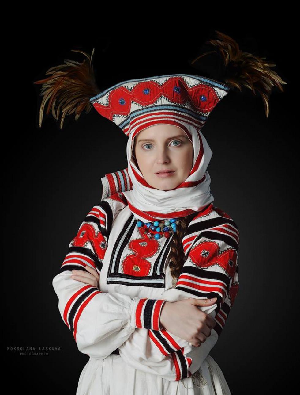 """Старовинний обрядовий стрій Волинського Полісся, Ратнівського району (кінець XIX-початок XX століття). Так званий костюм """"свахи"""" (в народі """"свашки"""") жінки одягали на весілля"""