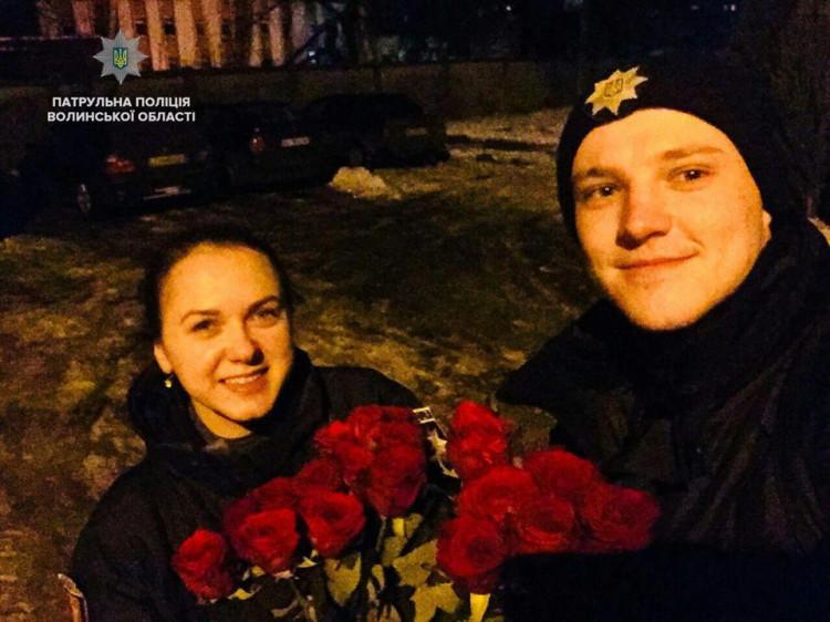 Патрульні, які отримали квіти від постраждалої на знак вдячності