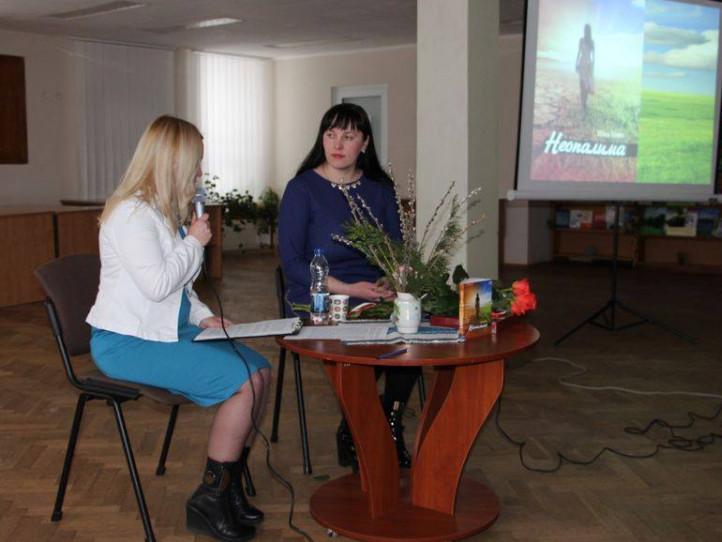 Ніна Ковч на презентації повісті «Неопалима» У Луцьку