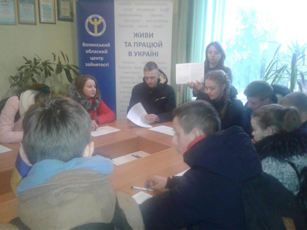 Дев'ятикласники під час екскурсії у районній службі