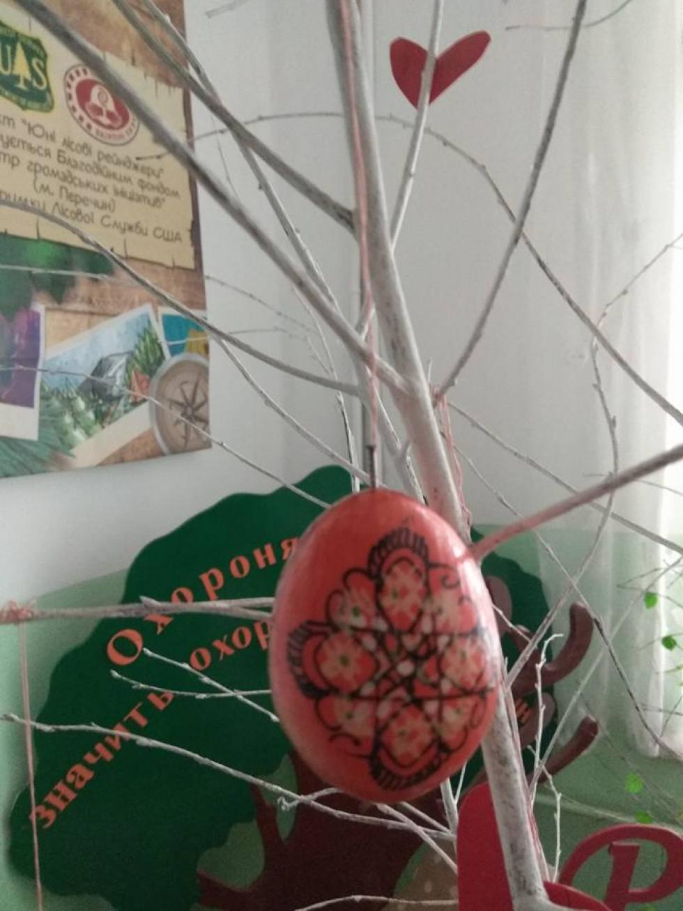 Писанка на Великодньому дереві
