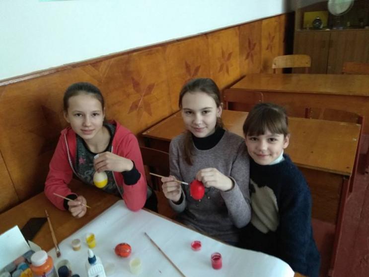 Школярі розфарбовують писанки