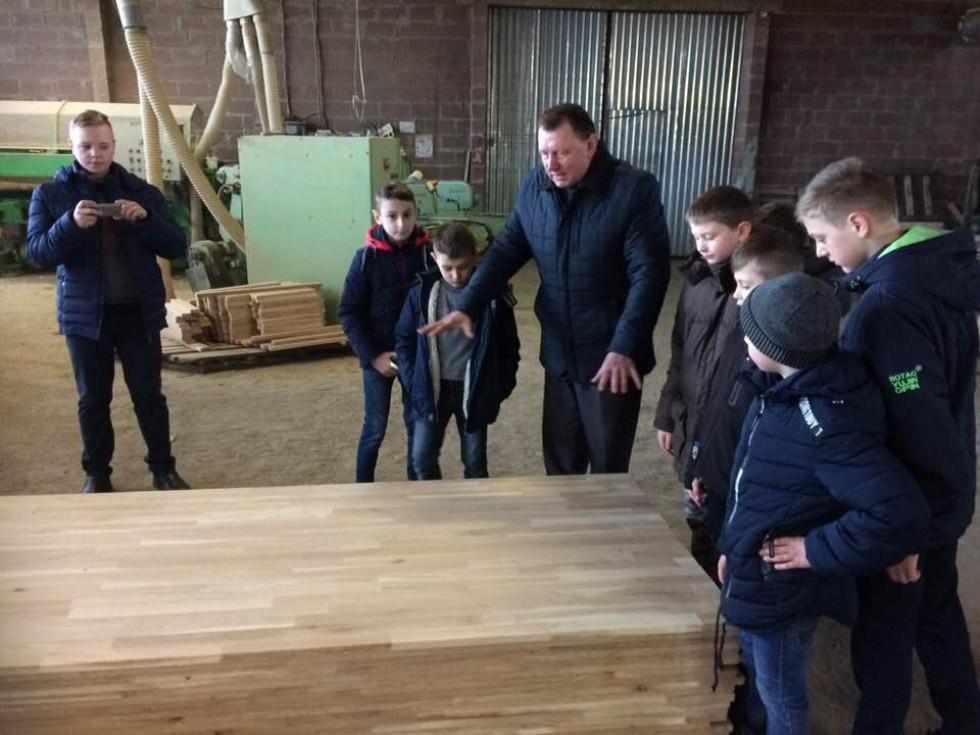 Іван Миронюк розповідає про роботу підприємства школярам