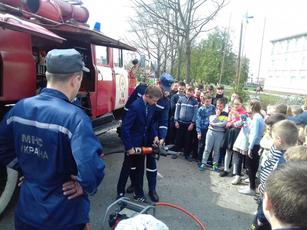 Учні мали можливість спробувати себе у ролі пожежника