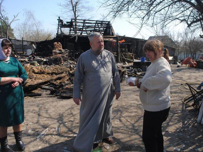 Зібрані кошти Валентині Штик передав настоятель місцевого храму