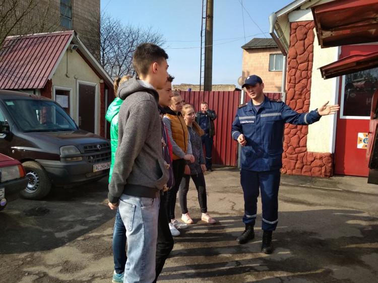 Рятівник розповідає дітям про можливості пожежно-рятувальної техніки