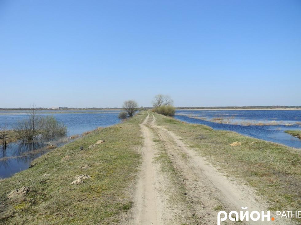 Коротка дорога від села до Ратного