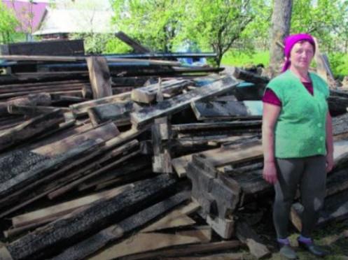 Галина Дмитрук біля згорівшого будинку