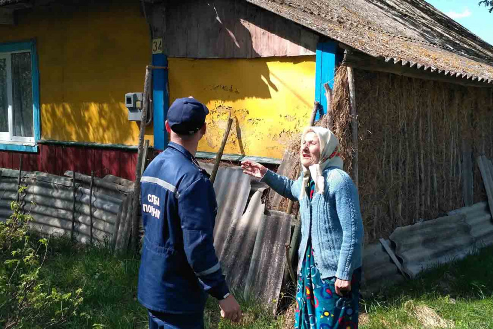 Рятувальник спілкується із мешканкою села Гірники