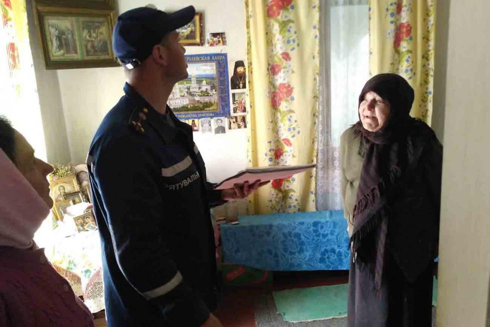 Рятувальник спілкується із мешканками села Гірники