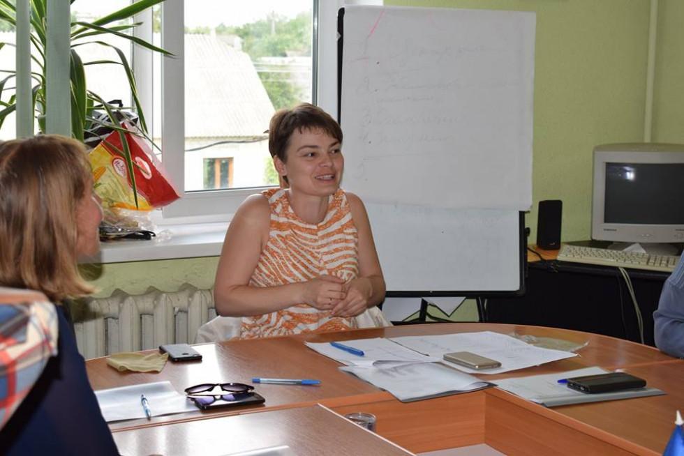 Зарина Дацик навчає присутніх, як правильно пристосуватися до роботи в новій організації
