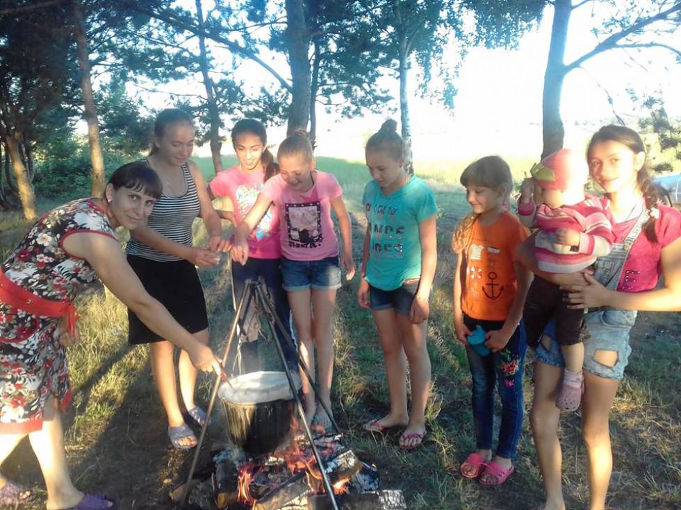 Учасники табору варять юшку