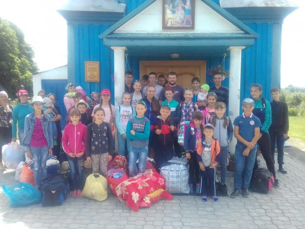 Збір учнів недільної школи біля церкви