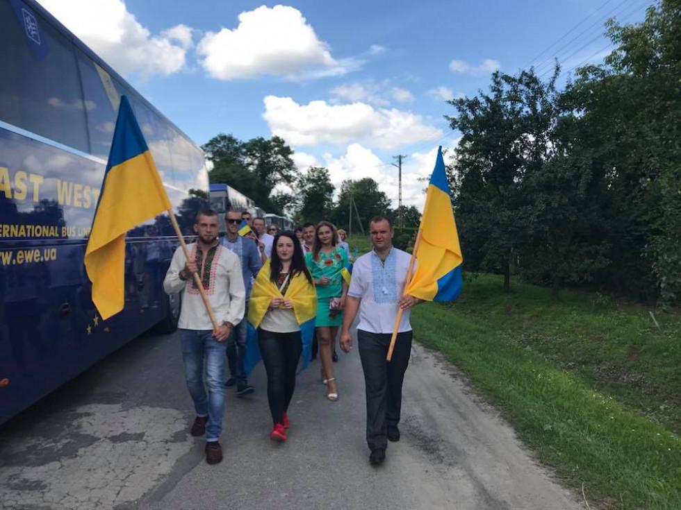 Ратнівчани, котрі приїхали вшанувати пам'ять загиблих українців