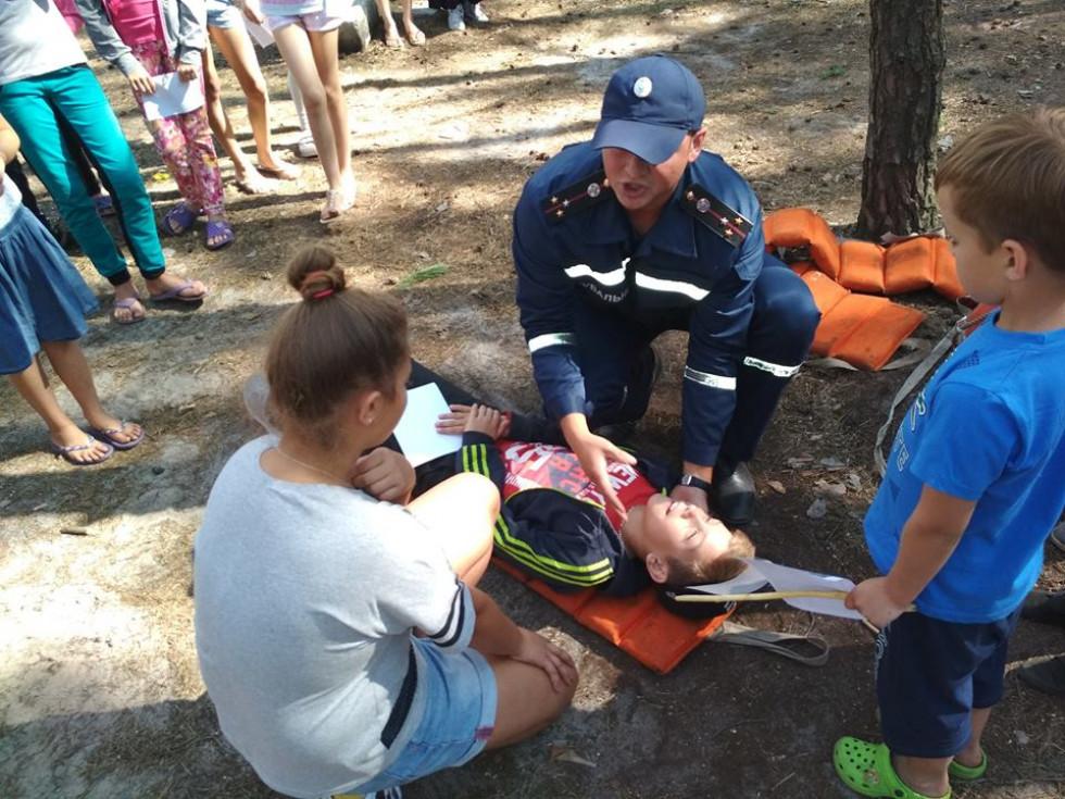 Рятувальник пояснює, як потрібно рятувати потопельника