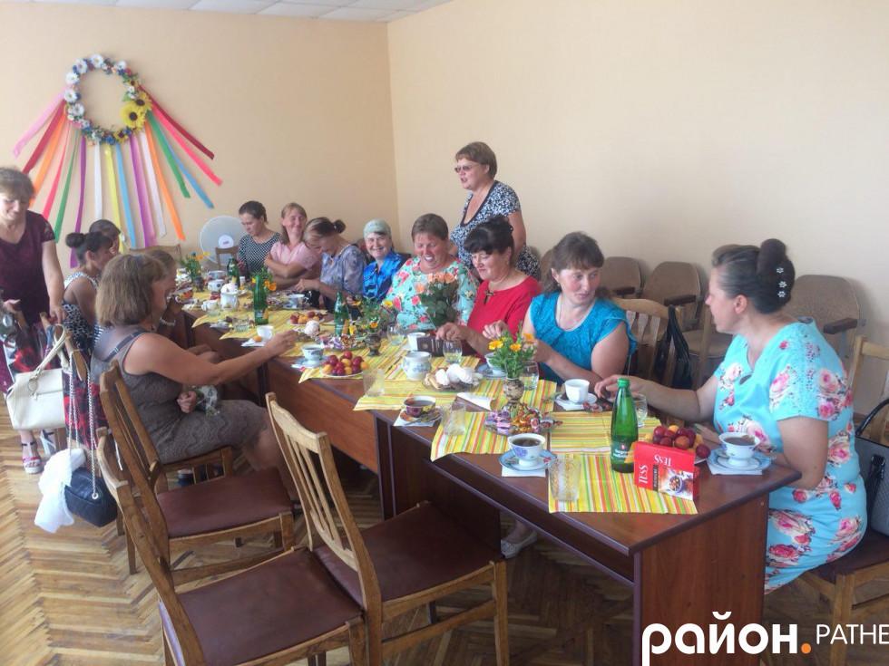 Багатодітні матусі за святковим столом