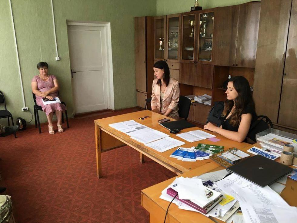 Працівники Центру соціальних служб спілкуються із сім'ями учасників АТО