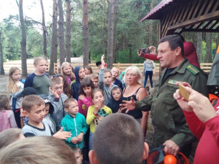 Лісівник розповідає дітям про правила безпеки у лісі