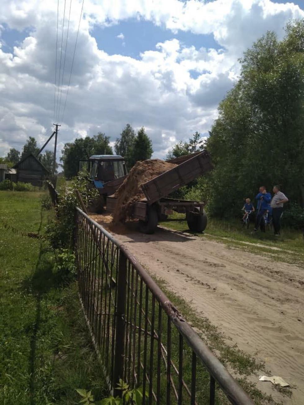 У процесі ремонтують дорогу