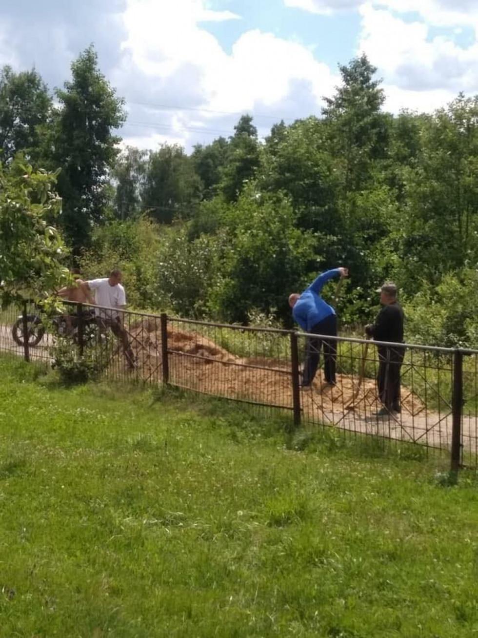 Жителі села Тур ремонтують дорогу