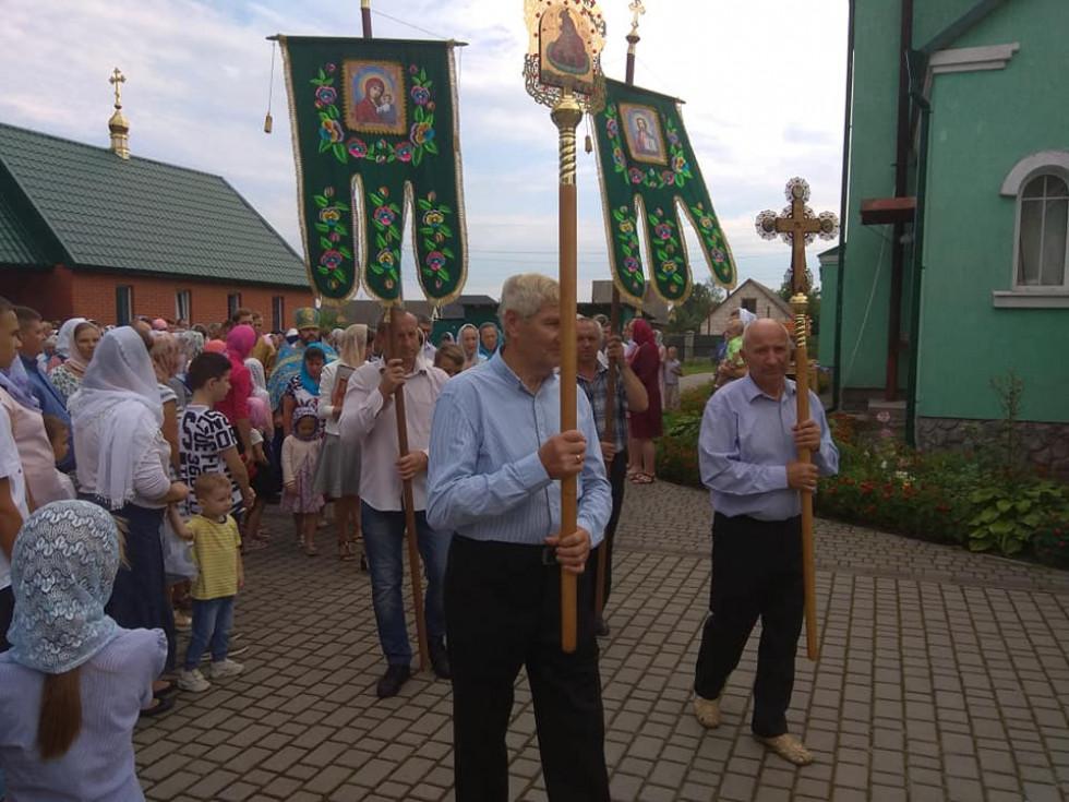 Хресна хода навколо церкви