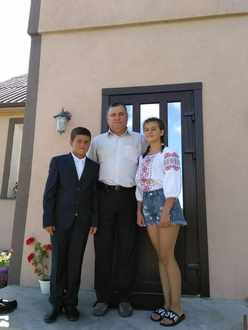 Сім'я захисника України приміряла на собі подарунки