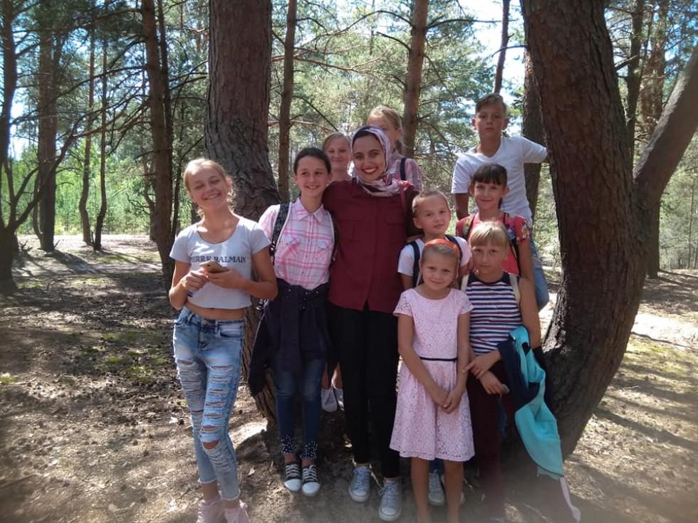 Діти зарозм із волонтеркою