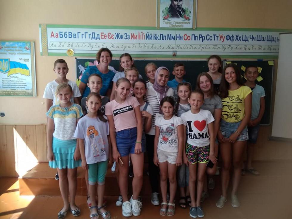 Учасники мовного табору із єгипетською волонтеркою