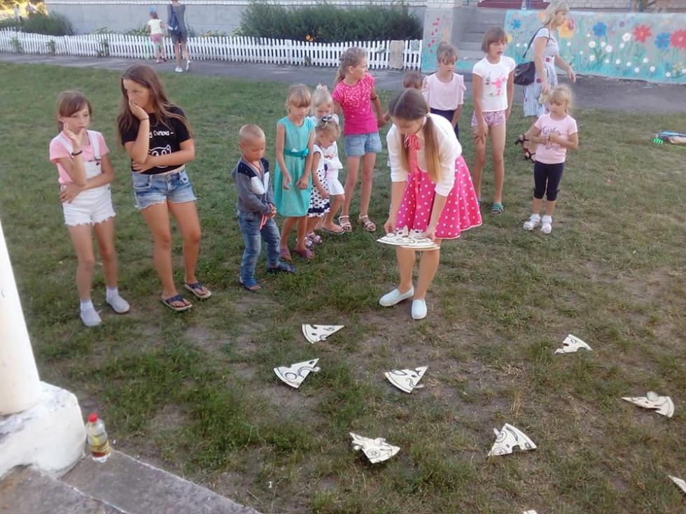 Діти грають у святкові ігри