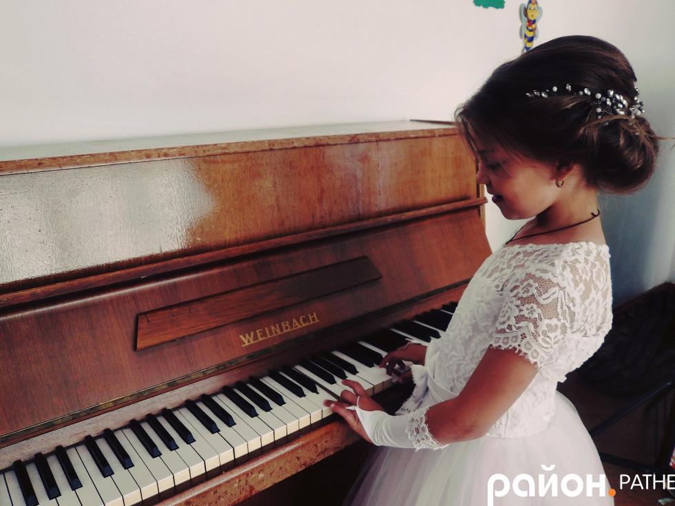 Біля фортепіано