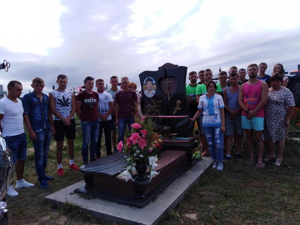 Біля могили Дмитра Коляди