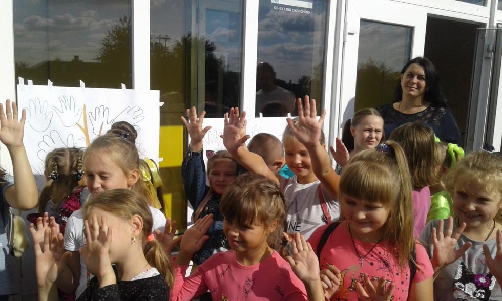 Діти малюють плакат «Наші мрії»
