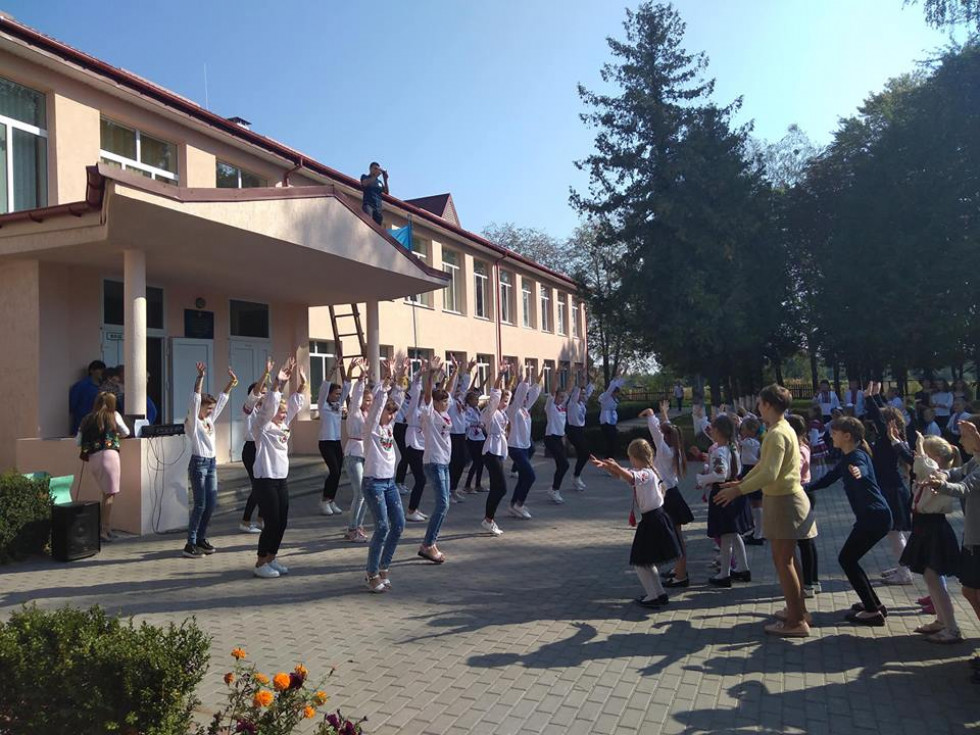 Учні виконують танцювальні рухи