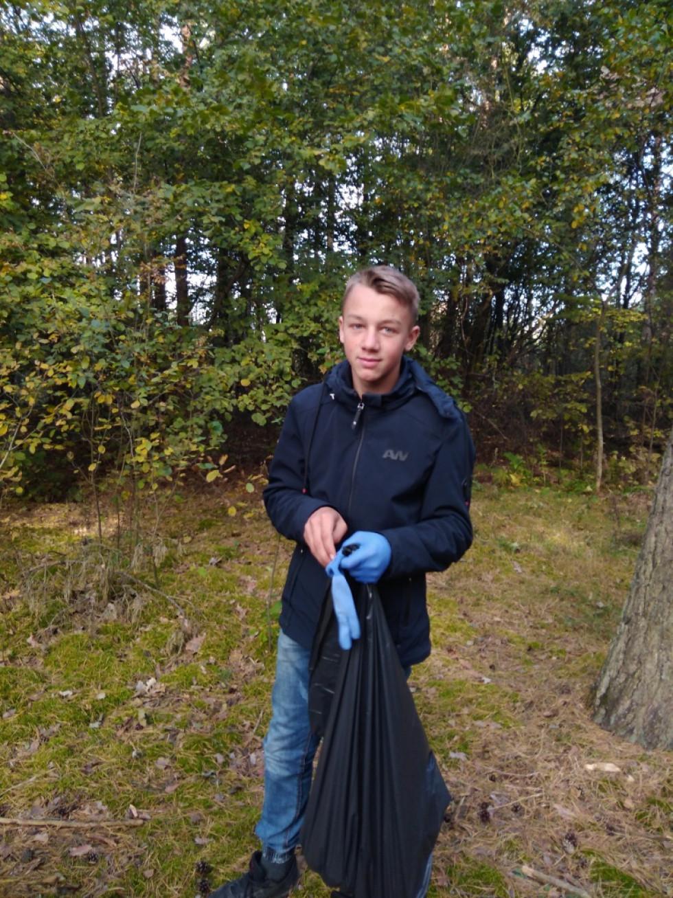 Школяр прибирає ліс